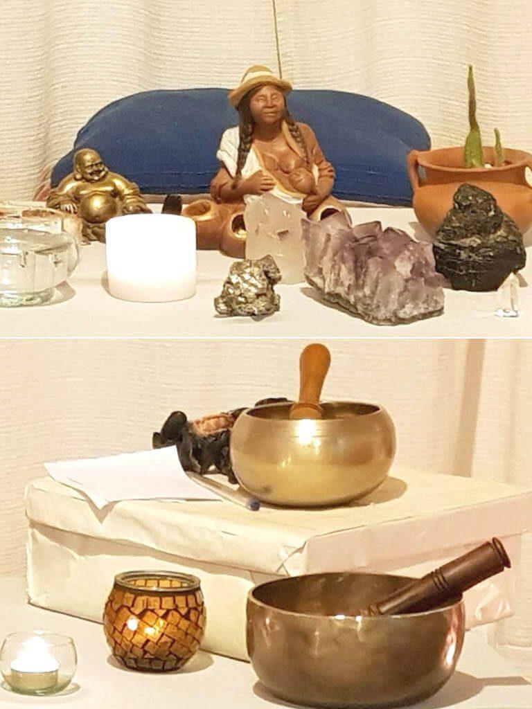 piedras y cuencos tibetanos en el altar para meditar