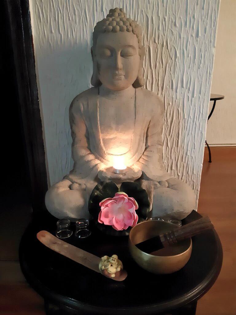 buda meditando flor de loto